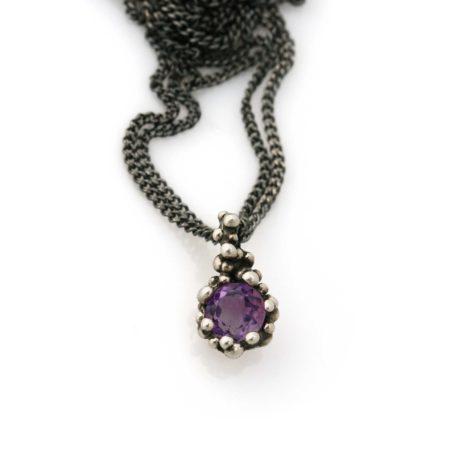 Detaljerne i knopkant halskæden med ametyst. Håndlavet af Christel Kaaber Guldsmedie.