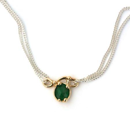 Helt unik halskæde med 14 kt guld sving-vedhæng med en flot gron smaragd. Håndlavet af Christel Kaaber Guldsmedie.