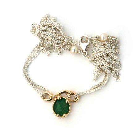 Unik halskæde med 14 kt guld sving vedhæng med flot grøn smaragd. Ved låses ses detaljerne med to hvide perler, der giver en fin afslutning. Af Christel Kaaber Guldsmedie