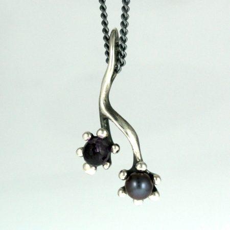 sølvvedhæng med lilla sten og perle