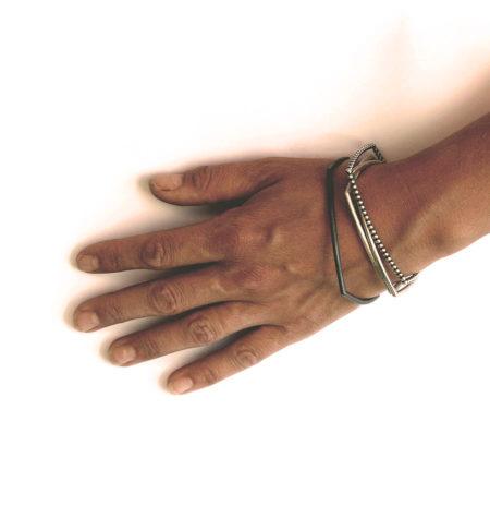 Alle de firkantede armbånd sat sammen vist på model. Håndlavet af Christel Kaaber Guldsmedie