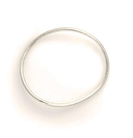 Den ovale matterede armring i sølv set fra siden. Håndlavet af Christel Kaaber Guldsmedie.
