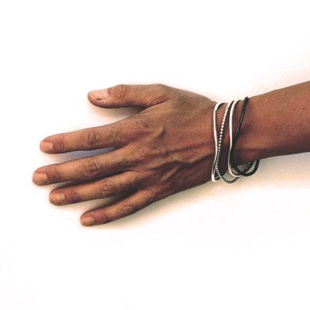 Forskellige armringe stylet på model. Mix og match de forskellige armringe i sølv, for en personlig stil. Håndlavet af Christel Kaaber Guldsmedie.