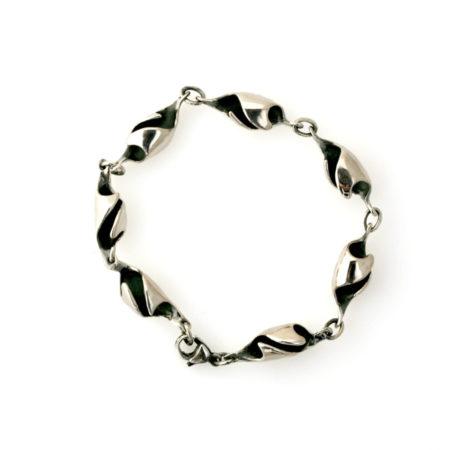 Sølvarmbånd med bølger effekt set i profil. Håndlavet af Christal Kaaber Guldsmedie