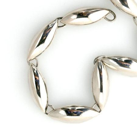 Detalje af armbånd med spidsovlae led i sølv. Håndlavet af Christel Kaaber Guldsmedie
