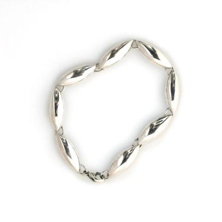 Amrbånd med spidsovale led i sølv. Håndlavet af Christel Kaaber Guldsmedie