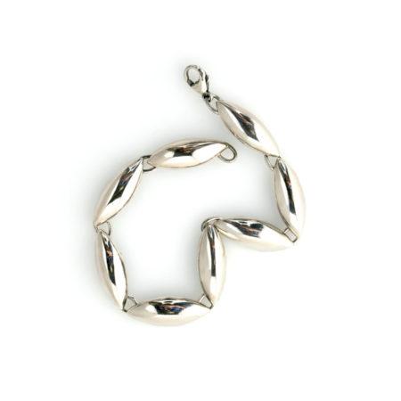 Armbånd med spidsovale led i sølv set i profil. Håndlavet af Christel Kaaber Guldsmedie