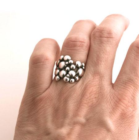 Bred boblering i sølv i sølv på hånd. Af Christel Kaaber Guldsmedie