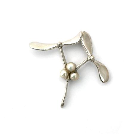 Sølvbroche formet som mistelten, håndlavet af Christel Kaaber Guldsmedie