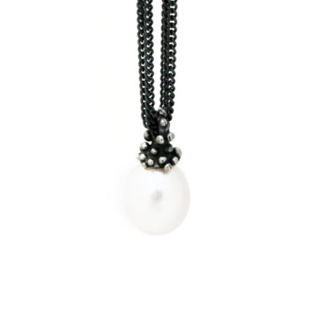 Detalje billede af halskæden med oval perle vedhæng og knoptop. Håndlavet af Christel Kaaber Guldsmedie