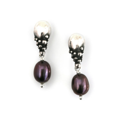 Øreringe til kvinder med mørk perle og dråbedesign. Håndlavet af Christel Kaaber Guldsmedie