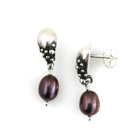 Dråbe øreringe til kvinder i sølv med mørk perle. Håndlavet af Christel Kaaber Guldsmedie
