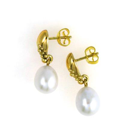 Ørering i guld med hvid perle, set fra siden. Håndlavet af Christel Kaaber Guldsmedie.