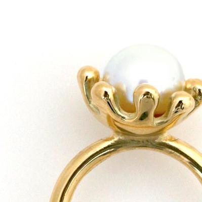 Søanemone ring i guld med hvid perle. Detalje billede. Håndlavet af Christel Kaaber Guldsmedie.