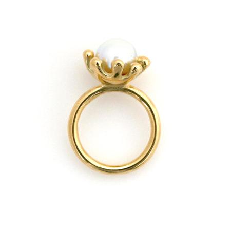 Søanemone ring i guld med hvid perle set fra siden. Håndlavet af Christel Kaaber Guldsmedie