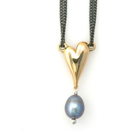 Hjerte halskæder i guld med mørk perle. Detalje af vedhænget. Håndlavet af Christel Kaaber Guldsmedief
