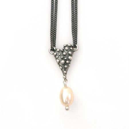 Halskæde med knoppet hjerte i sølv og en hvid perle, håndlavet af Christel Kaaber Guldsmedie