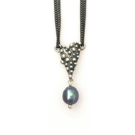 Knoppet hjerte halskæde i sølv med mørk perle håndlavet af Christel Kaaber Guldsmedie