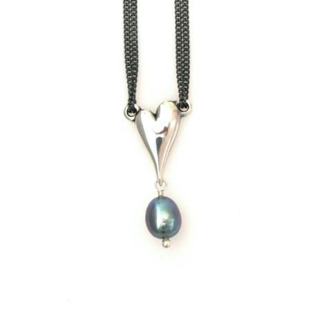 Halskæde med hjerte i sølv og mørk perle. Håndlavet af Christel Kaaber Guldsmedie