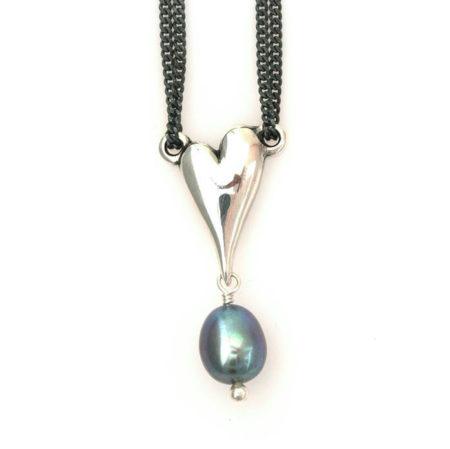 Halskæde med hjerte i sølv og mørk perle - set tæt på. Håndlavet af Christel Kaaber Guldsmedie