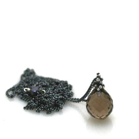 Perledetalje på halskæden med røgquartz vedhæng. Håndlavet af Christel Kaaber Guldsmedie
