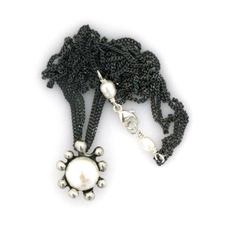 Hele halskæden med søanemone vedhæng med hvid perle samt perledetalje ved låsen. Håndlavet af Christel Kaaber Guldsmedie