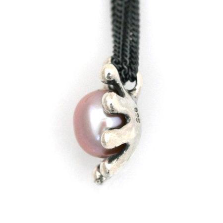 Lang halskæde med søanemone vedhæng med rosa perle set i profil. Håndlavet af Christel Kaaber Guldsmedie