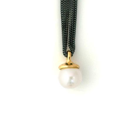 Halskæde med vedhæng i form af guldtop med hvid perle. Håndlavet af Christel Kaaber Guldsmedie