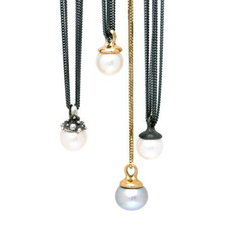 Samling af lange halskæder til kvinder med forskellige perler og toppe på vedhænget. Håndlavet af Christel Kaaber Guldsmedie