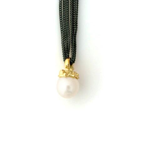 Lange halskæder til kvinder. Halskæde med knoppet guldtop og hvid perle. Håndlavet af Christel Kaaber Guldsmedie