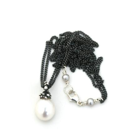 Hel billede af halskæde med oval hvid perle vedhæng. Håndlavet af Christel Kaaber Guldsmedie