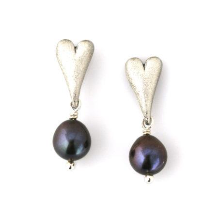Flotte øreringe i sølv med mørk perle. Håndlavet af Christel Kaaber Guldsmedie