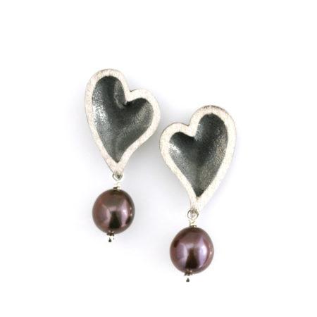Hjerte øreringe i sølv med mørk perle. Håndlavet hos Christel Kaaber Guldsmedie
