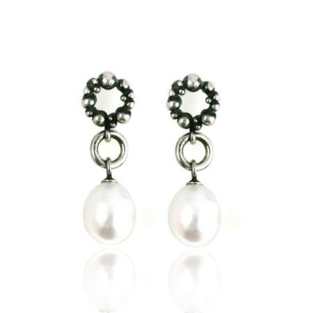 Ørestikker i sølv med hvid perle - set forfra. Håndlavet af Christel Kaaber Guldsmedie