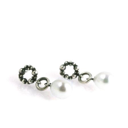 Krans ørestikker i sølv med hvid perle - set liggende. Håndlavet af Christel Kaaber Guldsmedie