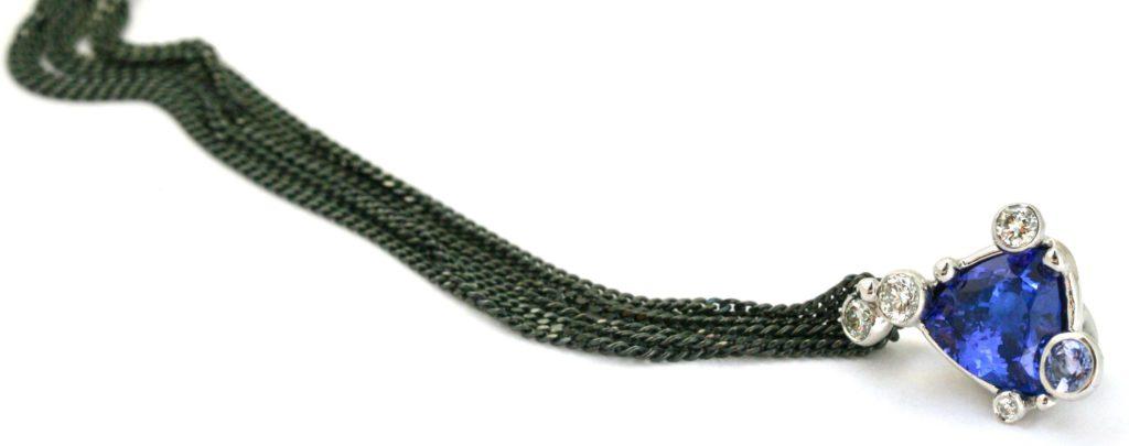 Hele tanzanite halskæden set med de sort rhodinerede hvidguldskæder