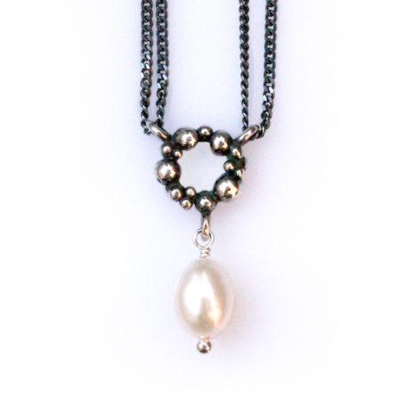 Sølvhalskæder med knop krans og hvid perle hængende under. Håndlavet af Christel Kaaber Guldsmedie