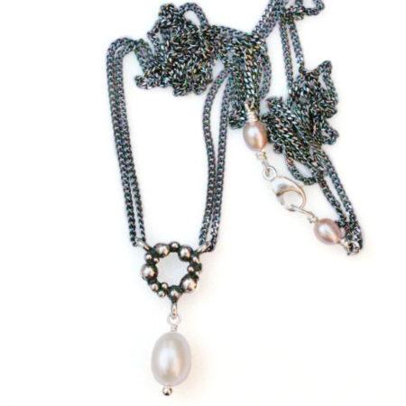 Halskæder i sølv med perle. Billede af hele knopkrans halskæden med den hvide perle under, og perledetaljer ved låsen. Håndlavet af Christel Kaaber Guldsmedie