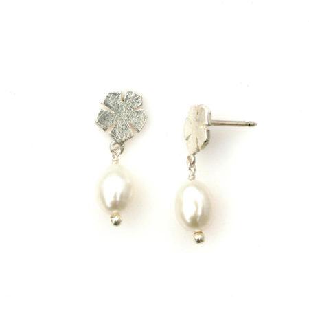 Profil af ørestikker med blomstermotiv i sølv og hvid perle