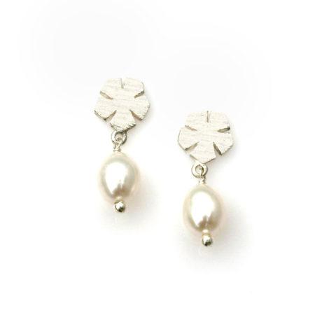 Ørestikker med blomstermotiv i sølv med hvid perle