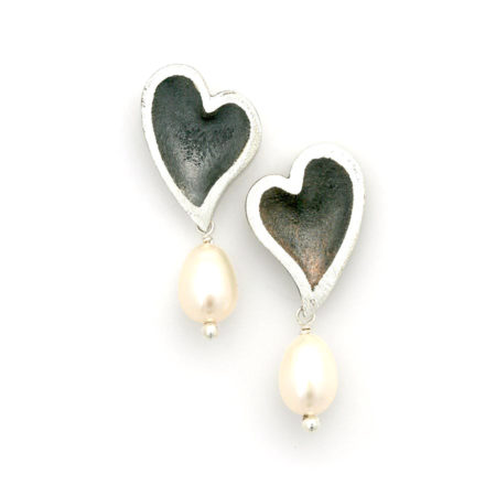 Hjertebue ørestik med en hvid perle hængende under. Håndlavet af Christel Kaaber Guldsmedie