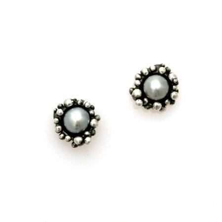 Oxideret sølv knopkant øreringe med grå perle. Håndlavet af Christel Kaaber Guldsmedie.