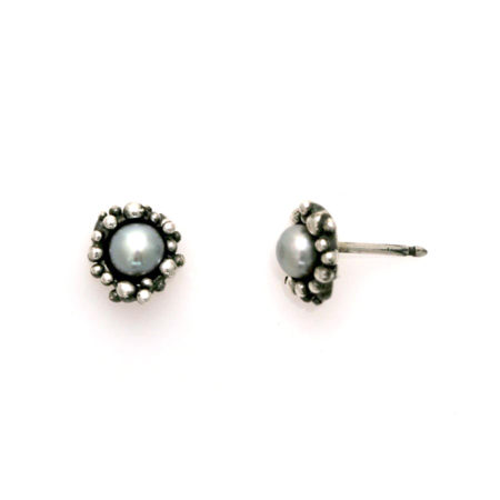 Oxideret sølv øreringe med knopkant og grå perle i profil. Håndlavet af Christel Kaaber Guldsmedie.
