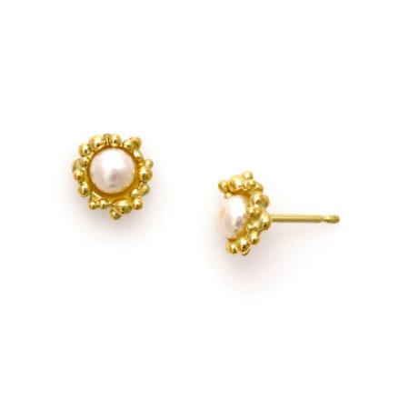 Små øreringe med knopkant i guld og hvid perle. Håndlavet af Christel Kaaber Guldsmedie