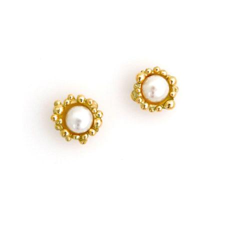Små øreringe i guld med hvid perle. Håndlavet af Christel Kaaber Guldsmedie