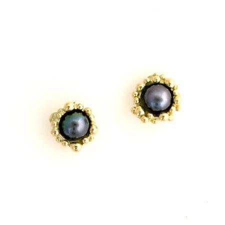 Runde øreringe i guld med mørk ferskvandsperle. Håndlavet af Christel Kaaber Guldsmedie