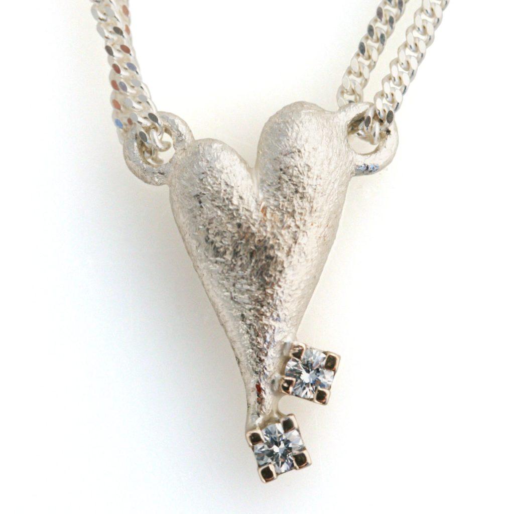 Unikke smykkegaver. Her med farmors ørestikkere sat på et hjertevedhæng, skabt af Christel Kaaber Guldsmedie