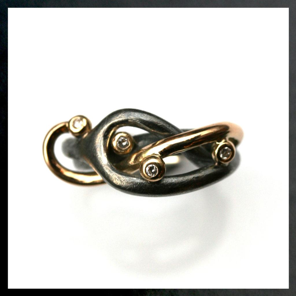 Smuk smykkegave med guldringen, der nu snor sig om svingringen, og diamanterne pynter fint. Håndlavet af Christel Kaaber Guldsmedie