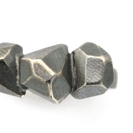 Flotte ringe. Detalje af Rock ringen i sort sølv. Håndlavet af Christel Kaaber Guldsmedie.