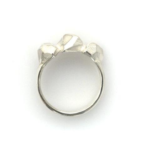 Rock ring i sølv til kvinder i profil. Håndlavet af Christel Kaaber Guldsmedie.